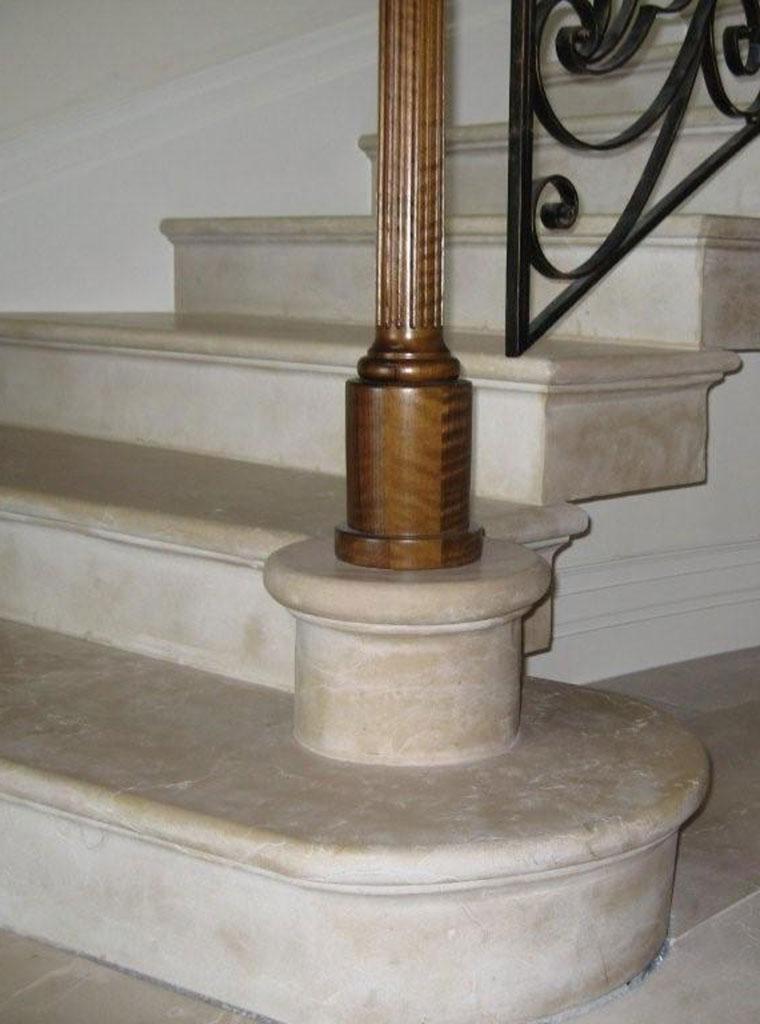 Escalier massif en pierre de hauteville