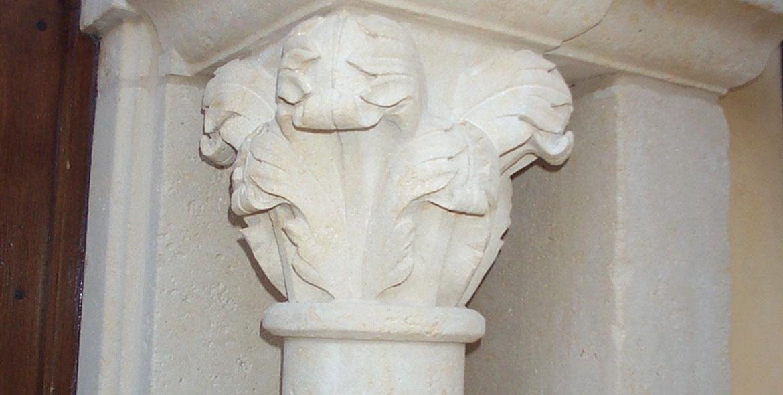 Eléments de chapiteaux sculptés en pierre de Bourgogne