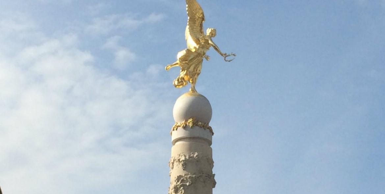Boule au sommet de la fontaine Subé à Reims