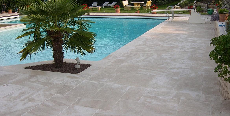 Terrasse de piscine en pierre de Semond