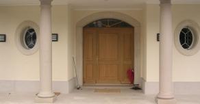 Colonnes et encadrement de la porte d'entrée en Comblanchien
