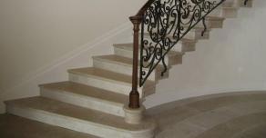 Habillage d'escalier en pierre de Hauteville