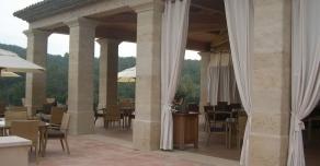 Dallage et piliers en pierre de Bourgogne